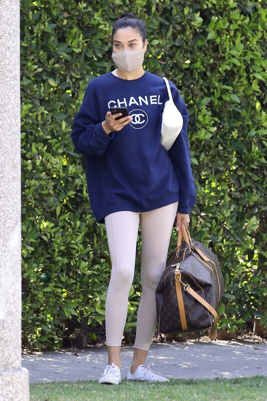 attractive babe Shanina Shaik in leggings