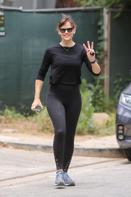 sweet milf Jennifer Garner in black leggings