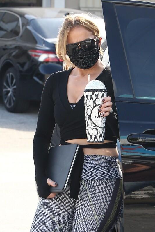 delicious milf Jennifer Lopez in candid gym leggings