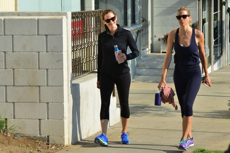 sweet babe Jennifer Garner in black capri leggings