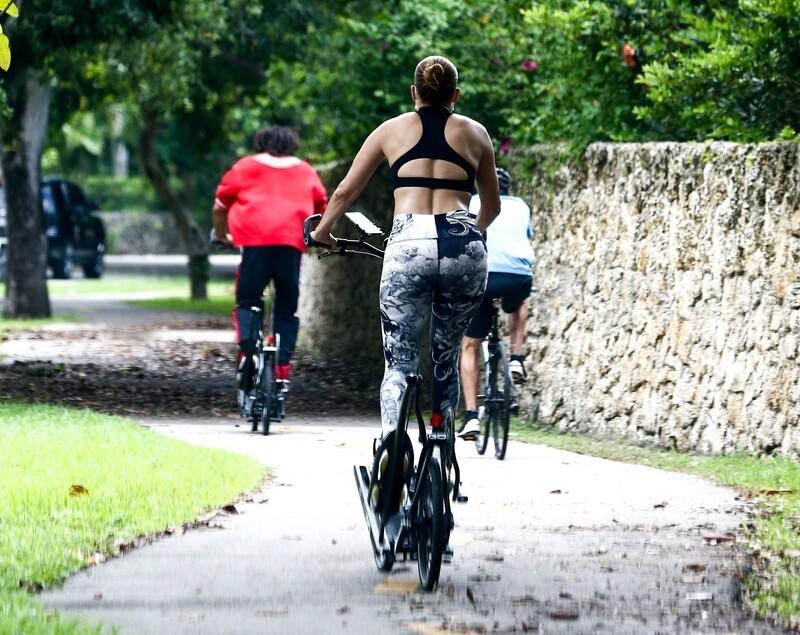 cyclist babe Jennifer Lopez in sexy leggings