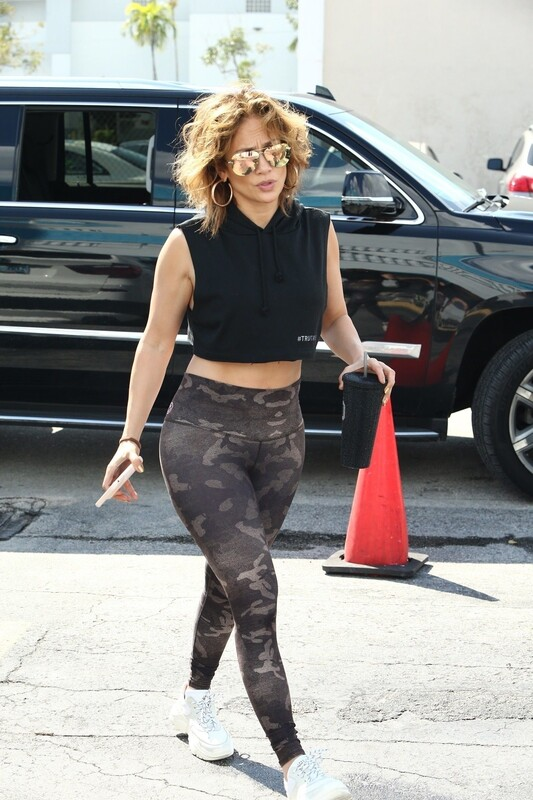 amazing milf Jennifer Lopez in camouflage leggings