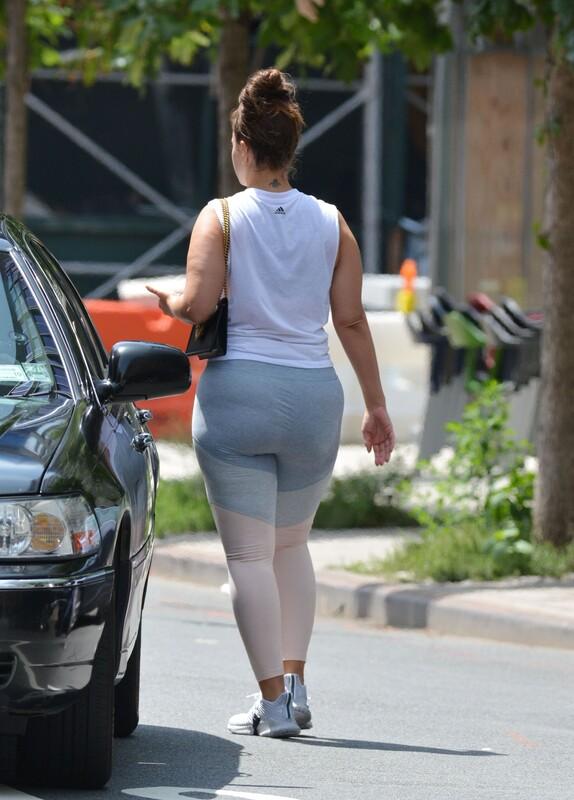 curvy lady Ashley Graham in pretty leggings