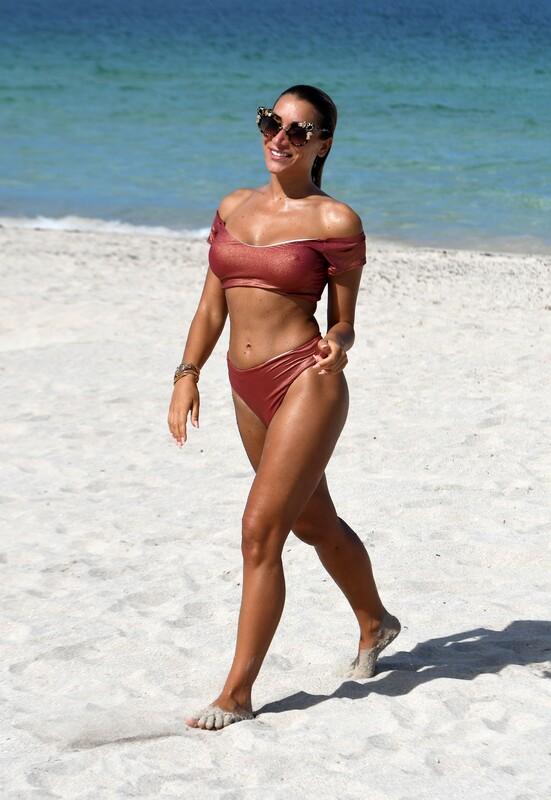 gorgeous babe Elisa De Panicis in wet bikini
