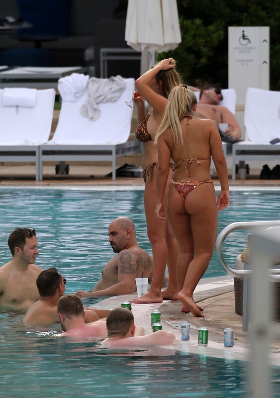 gorgeous babe Ellie Brown in candid bikini