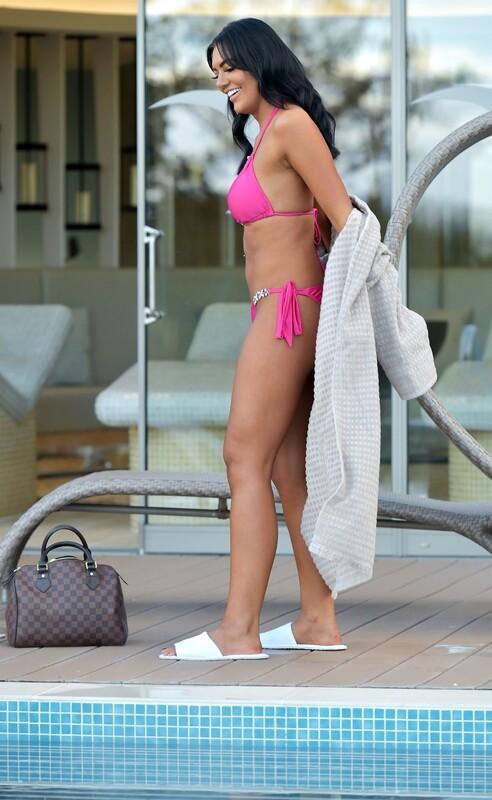 handsome babe Abbie Holborn in leggings & bikini
