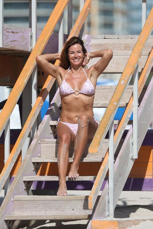 pretty milf Kelly Bensimon in pink bikini