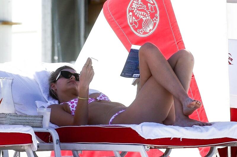 sexy dutch babe Roosmarijn de Kok in naughty bikini