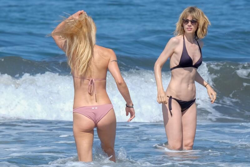 2 hot girls Michelle Hunziker & Gaia Trussardi in wet bikinis